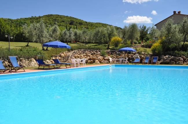 La piscine dans le parc qui entoure le Casale del Madonnino
