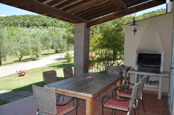 """Veranda con tavolo e barbecue """"Corbezzolo"""""""
