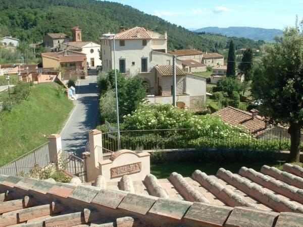 vista dalla terrazza su Iano e sullo sfondo Volterra
